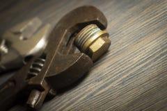 Llave ajustable en un fondo de madera rústico imagen de archivo libre de regalías