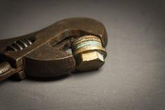 Llave ajustable en un fondo oscuro del cemento fotografía de archivo libre de regalías