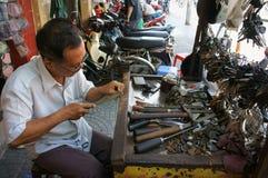Llave asiática de la reparación del hombre Fotografía de archivo libre de regalías
