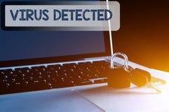 Llave, candado y ordenador portátil con el ordenador de fraseología y el concepto de la seguridad de datos Imagenes de archivo