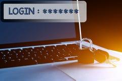 Llave, candado y ordenador portátil con el ordenador de fraseología y el concepto de la seguridad de datos Fotografía de archivo