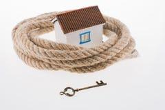 Llave, casa y cuerda Foto de archivo libre de regalías