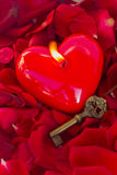 Llave con el corazón como símbolo del amor Foto de archivo libre de regalías