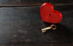 Llave con el corazón como símbolo del amor Imagen de archivo