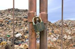 Llave de cerradura en la cerca oxidada Fotografía de archivo libre de regalías