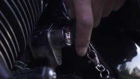 Llave de ignición en motocicleta almacen de metraje de vídeo