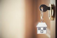 Llave de la casa en la puerta fotografía de archivo