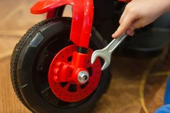 llave de la reparación de la rueda children& x27; servicio del coche de s bebé del juego imágenes de archivo libres de regalías