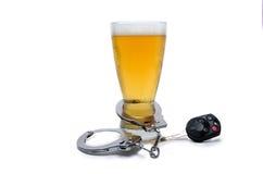 Llave de las esposas y del coche del vidrio de cerveza Imagen de archivo libre de regalías