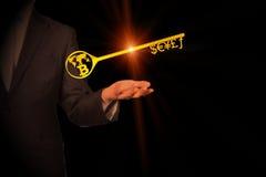 Llave de oro al símbolo de moneda y al Bitcoin Imagen de archivo