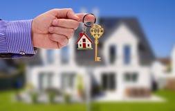 Llave de oro a disposición del encargado de las propiedades inmobiliarias imagen de archivo