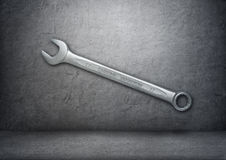 Llave de plata con el ` del vanadio del cromo del ` de las palabras en el muro de cemento gris Fotografía de archivo