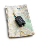 Llave del coche con el mapa Foto de archivo libre de regalías