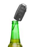 Llave del coche en el cuello de la botella de abeja - el estudio tiró sobre blanco Fotografía de archivo libre de regalías