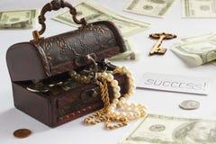 Llave del icono del cofre del tesoro y la tarjeta con palabra Imagenes de archivo