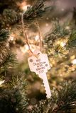 Llave del ornamento del árbol de navidad fotos de archivo