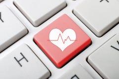 Llave del pluse del corazón en el teclado Imagenes de archivo