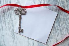 Llave en el fondo de madera imagen de archivo libre de regalías
