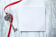 Llave en el fondo de madera fotografía de archivo libre de regalías