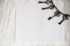 Llave en la maqueta gris de madera del fondo Imagen de archivo libre de regalías