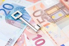 Llave en una capa de billetes de banco Fotografía de archivo libre de regalías
