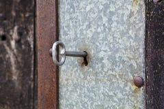 Llave en una puerta vieja Fotografía de archivo libre de regalías