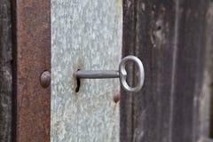 Llave en una puerta vieja Imagen de archivo