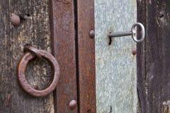 Llave en una puerta vieja Imágenes de archivo libres de regalías