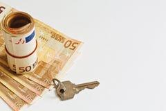 Llave euro del papel y de la puerta de la moneda en el fondo blanco fotos de archivo libres de regalías