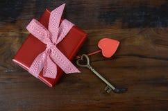Llave feliz del día de tarjetas del día de San Valentín a mi concepto del corazón Imágenes de archivo libres de regalías