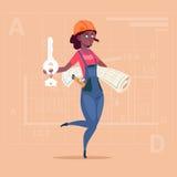 Llave femenina de African American Holding del constructor de la historieta de la nueva casa y del modelo sobre fondo abstracto d Fotos de archivo libres de regalías