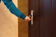 Llave femenina de la mano de la vista lateral a insertar en cerradura de puerta Imagen de archivo