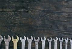 Llave inglesa de madera del fondo imagen de archivo libre de regalías