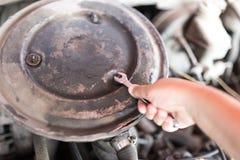Llave inglesa a disposición Reparaciones autos Fotografía de archivo libre de regalías