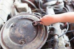 Llave inglesa a disposición Reparaciones autos Imagen de archivo