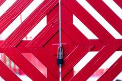 Llave a la puerta roja Imagen de archivo