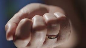 Llave ocultada en la mano almacen de metraje de vídeo