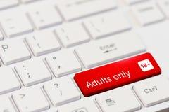 Llave roja con adulto del texto solamente en el teclado blanco del ordenador portátil Fotografía de archivo