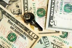 Llave segura con el dinero Fotografía de archivo