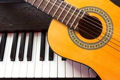 Llave y guitarra del piano Foto de archivo