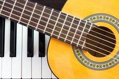 Llave y guitarra del piano Visión superior Fotografía de archivo