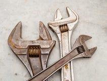 Llave y llave inglesa oxidadas del grunge para el mantenimiento y el servicio imágenes de archivo libres de regalías