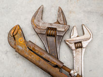 Llave y llave inglesa oxidadas del grunge para el mantenimiento y el servicio fotos de archivo
