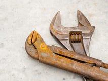 Llave y llave inglesa oxidadas del grunge para el mantenimiento y el servicio foto de archivo
