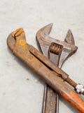 Llave y llave inglesa oxidadas del grunge para el mantenimiento y el servicio fotos de archivo libres de regalías