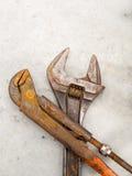 Llave y llave inglesa oxidadas del grunge para el mantenimiento y el servicio imagenes de archivo