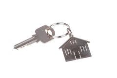 Llave y llavero de la casa aislados en blanco Imágenes de archivo libres de regalías