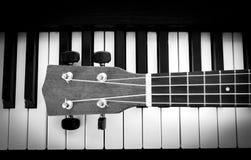 Llave y ukelele del piano Fotografía de archivo