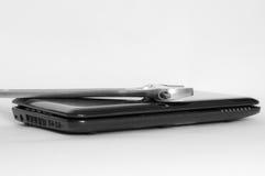 Llave y un fondo quebrado del blanco del ordenador Foto de archivo libre de regalías