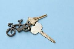 Llavero de la bicicleta y dos llaves Imágenes de archivo libres de regalías